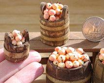 Äpfel. Miniatur-Äpfel. Äpfel in Fässern. Äpfel in ein Puppenhaus. Miniatur-Dollhouse. Auf der Skala von 1/12