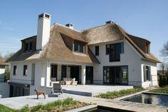 Witte villa met rieten dak