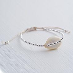 """The Ocean has my heart - handgefertigtes Muschel Armband von """"A Pinch of Salt"""" mit einer einzelnen Kauri und unzähligen echten Silber-Perlen."""