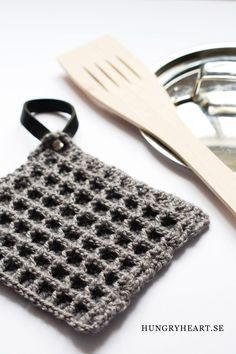 DIY Waffle Stitch Crochet Potholder with Leather Hanger Tutorial Crochet Diy, Crochet Crafts, Yarn Crafts, Crochet Projects, Simple Crochet, Crochet Waffle Stitch, Crochet Potholders, Crochet Kitchen, Textiles