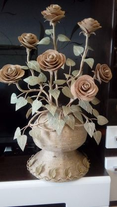 Jute Cloth, an ideal accessory for spectacular decorations Nifty Crafts, Recycled Crafts, Diy And Crafts, Burlap Crafts, Burlap Bows, Wine Bottle Crafts, Bottle Art, Corn Husk Crafts, Jute Flowers