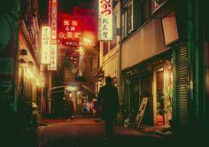日本人にとっては、ものすごく身近な「夜の路地裏」。でも、海外の人の目には、光り輝く看板や赤い提灯がとても新鮮に映るのだそう。実はいま、涌井真史さんが撮影した「路地裏夜景」の写真が、海外で大人気。見慣れたはずの風景も、こうして写真として切り取ると、確かに味があります!