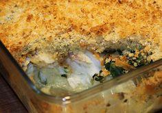 En opskriften på et lækkert fiskefad - en slags 'fiske-crumble' med et sprødt låg, der dækker over fisk, en grøntsagsblanding med spinat og gulerødder og et lag kartofler. Man skal bruge: 30... Protein, Fish Dishes, Fish And Seafood, Lasagna, Broccoli, Recipies, Good Food, Food And Drink, Dinner