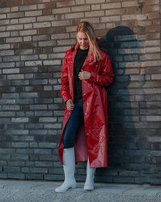 Happy in our new retro shiny long raincoat Vinyl Raincoat, Pvc Raincoat, Plastic Raincoat, Rain Bonnet, Wellies Rain Boots, Vinyl Clothing, Rain Gear, Raincoats For Women, Rain