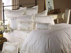 """Süße Träume sind garantiert bei der Bettwäsche """"Florence"""" mit bezaubernden Stickereien aus Bändern und Bögen. Die schöne Stadt Florenz lieferte die für das Design. Die spielerisch-eleganten Freskenornamente italienischer Renaissance werden im Design von """"Florence"""" wiedergespiegelt. Die Bettwäsche aus 100% gekämmtem ägyptischem Baumwoll-Perkal ist in vier unterschiedlichen Qualitäten erhältlich."""