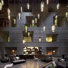 GRandes lámparas suspendidas en la recepción de un hotel con un techo muy alto © Pedro Pegenaute