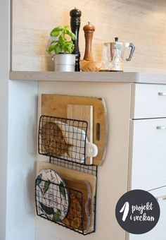 Home Decor For Small Spaces wire baskets for storage - chopping board holders.Home Decor For Small Spaces wire baskets for storage - chopping board holders Diy Kitchen Storage, Diy Kitchen Decor, Diy Home Decor, Small Kitchen Organization, Kitchen Furniture, Kitchen Themes, Diy Decoration, Diy Furniture, Bathroom Organization