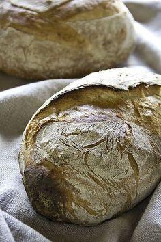 Da ich durch die Fotoarbeiten für Bon'gu auch französische Mehle vorrätig hatte, habe ich mir das von Schelli aus Frankreich mitgebrachte Rezept für Steinmühlenbrot vorgenommen. Es arbeitet mit einem Poolish und natürlich mit Weizenmehl T80. Mit deutschen Mehlen würde ich eine Mischung aus 1050er und Weizenvollkornmehl nutzen. Gutes, lockeres Brot mit dem charakteristischen Geschmack des Mehles und Weiterlesen...