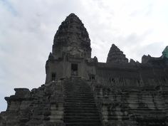 Story of the rocks. The rocks of 600,000 was used in the construction of Angkor Wat. It will be a difficult work that can not be imagined.  Even if thousands of people worked, one day quarryi...