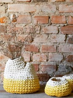 vaso calor duas bocas amarelo feito em crochê de resíduos texteis