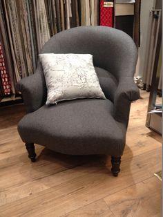 un joli fauteuil crapaud recouvert avec une flanelle grise anthracite de chez nobilis modernis - Tapissier Fauteuil