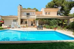 This villa is located in elevated position in Cas Catala Nou, one of the finest and most exclusive residential areas in the neighborhood of Palma and very close to Bendinat Golf.