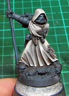 Step by step miniature painting tutorial for painting natural coloured robes, especially handy for Warhammer 40k Dark Angels players!
