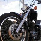 Het is opwindend en snel. Lekker met je motor in de bocht hangen en genieten van de vrijheid. Een motorrijder op de weg ziet er prachtig en stoer uit....