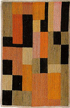 Gunta Stolzl (1897-1983) was een Duits textielkunstenares. In 1925, kort na de verhuizing van de school naar Dessau, werd ze lerares in het weefatelier van Bauhus. Er kwamen veel nieuwe ideeën van weefafdeling die ook werden overgenomen door de industrie. Stölzl legde contacten met andere bedrijven om Bauhaus-producten en -textiel te verkopen en de weefwerkplaats werd een commercieel succes.