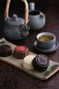 Celebrate Mid-Autumn Festival with a variety of exclusive, top-quality mooncakes. Savor homemade Valrhona chocolate mooncake by Executive Pastry Chef Francesco Mannino, using a unique recipe only available at Four Seasons Hotel Beijing. #FSBeijing #Beijing #Mid #Autumn #Festival #中秋节 #巧克力 #月饼 #法芙娜