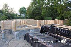 Maison bois : le chantier en cours et les palettes de madriers bois