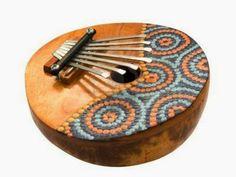 KALIMBA, SANZA : es un instrumento musical idiófono, de sonido dulce, y origen africano. Se encuentra también difundida en Latinoamérica donde llegó con los esclavos.    Se sujeta con las dos manos posicionadas debajo del instrumento y los pulgares sobresaliendo por arriba, y finalmente se pulsan las teclas con los dedos pulgares.