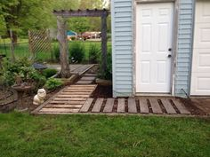 Here we go with another wonderful walkway made by simply reshaping the wood pallets and making this beautiful and attractive walkway for you that is so innovative for an idea to enhance the beauty of your place and at the same time makes effective use of the retired wood pallets.