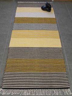 Cheap Carpet Runners By The Foot Weaving Textiles, Weaving Art, Weaving Patterns, Loom Weaving, Textile Patterns, Hand Weaving, Where To Buy Carpet, Crochet Carpet, Sheepskin Rug