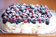 Pavlova in roasting pan Norwegian Food, Vegetarian Eggs, Pudding Desserts, Yummy Cakes, Soul Food, Cake Recipes, Raspberry, Food And Drink, Sweets