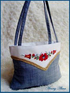 Kalocsai jeans Hungarian Embroidery, Embroidery Bags, Macrame Bag, Denim Bag, Hungary, Purses And Bags, Reusable Tote Bags, Design Inspiration, Handbags