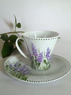 Šálek na čaj * bílý porcelán ručně malovanými levandulemi, zdobeným okrajem černými puntíky.
