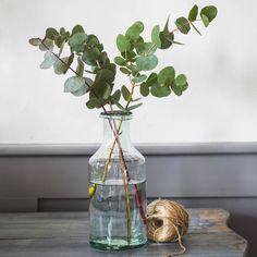 Diese schöne Glasflasche wurde aus recyceltem Glas handgemacht. Mit ihrem recht schmalen Hals eignet sie sich optimal, um dünne Zweige oder lange Blumenstile darin zur Schau zu stellen. Mit großer Sorgfalt wird jede Flasche dieser...