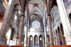 Santa Maria del Mar, Barcelona medieval dels segles XIII i XIV - nau interior i rosassa - Gòtic Català: es defuig de la compartimentació per donar pas a un espai unitari, sobri i diàfan.