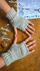 ingthings: Knitted mittens (really easy) instructions use translate button on site Knitted Mittens Pattern, Knit Mittens, Crochet Slipper Pattern, Fingerless Gloves Knitted, Crochet Gloves, Easy Knitting, Knitting Patterns Free, Free Pattern, Crochet Socks Tutorial