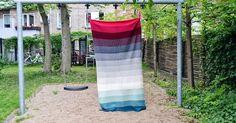 For et par uger siden blev jeg færdig med dette tæppe.   Garn: Kauni 8/2 fra Yarnfreak  i farverne: Pink [JJ7],  bordeaux[MM1] , mørk grå m...