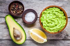 Guacamole is a Mexican food made of avocado as the basic materials.Lets Learn how to make delicious and healthy homemade guacamole with easy ingredients ! Vegan Avocado Recipes, Guacamole Recipe Easy, Homemade Guacamole, Healthy Dinner Recipes, Healthy Snacks, Fresh Guacamole, Holy Guacamole, Clean Eating Snacks, Healthy Eating