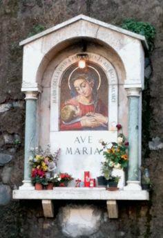 Madre della Divina Provvidenza: edicola che si trova a Piazza Monte Gennaro, in zona Roma Nord