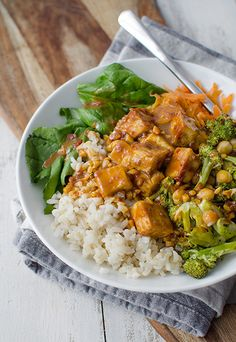 A healthy lunch or dinner, perfect for the New Year! Brown rice, the BEST tofu, vegetables and roasted broccoli in a simple peanut sauce.