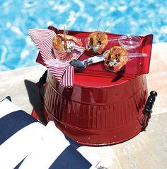 O balde vermelho virou apoio para servir o camarão grelhado – ou qualquer outro quitute