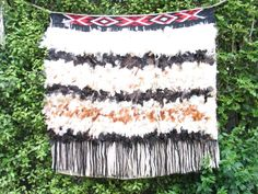 Worn as a mantle of prestige and honour. Maori Patterns, Feather Cape, Maori Designs, Maori Art, Weaving Patterns, Tie Dye Skirt, Cloaks, Culture, Wood Carvings