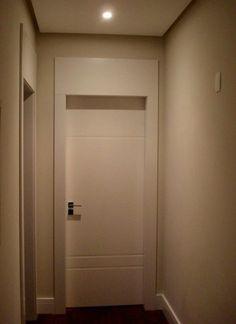 Porta para apartamento pequeno. Branca, laca e frisos.