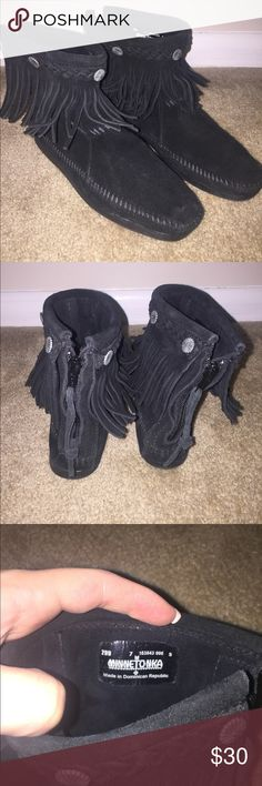 Minnetonka Fringe Ankle Booties These boots are great with skinny jeans and a chunky sweater! These booties are in great condition, barely worn! Minnetonka Shoes Ankle Boots & Booties