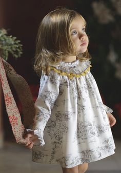 Mädchen Kleid in Toile de Jouy – Toñi Bitácora de una Mamá – Join in the world of pin Fashion Kids, Little Girl Fashion, Toddler Fashion, Baby Girl Dress Patterns, Dresses Kids Girl, Girl Outfits, Dress Girl, Sewing Baby Clothes, Baby Sewing
