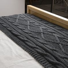 Pie de cama Minsk, gris oscuro Designer Knitting Patterns, Knitting Designs, Chunky Crochet, Knit Or Crochet, Chunky Blanket, Wool Blanket, Cable Knit Blankets, Bed Scarf, Knit Rug