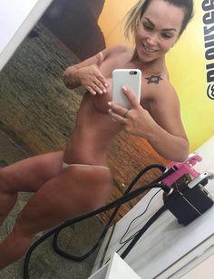 Eliana Amaral faz bronze em 'bumbum novo'