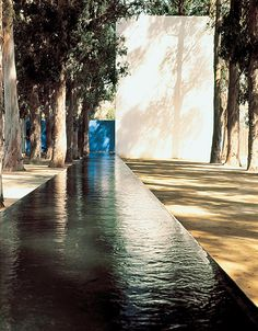 Architect Luis Barragan, of course! Contemporary Architecture, Architecture Details, Landscape Architecture, Interior Architecture, Landscape Design, Exterior Design, Interior And Exterior, Pool Water Features, Modernisme