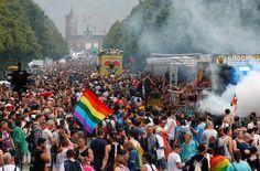Parada do Orgulho LGBT em Berlim comemora aprovação do casamento igualitário