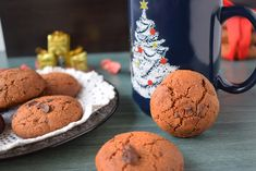These whole wheat cookies with chocolate are not only very tasty, but also very easy to prepare. You can eat them in the morning with milk, yogurt or kefir Whole Wheat Cookies, Kefir, Yogurt, Delicious Desserts, Muffins, Tasty, Chocolate, Dark, Breakfast