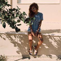Sentada em algum lugar com sombra de árvore, e olhando pra baixo