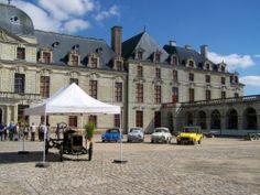 A la Révolution le chateau de Thouars est pillé et devient bien national, en 1787, il est le siège social de la sous préfecture et du tribunal de 1° instance, mais comme les charges d'entretien sont trop importantes, il est mis en vente et c'est la ville de Thouars qui en devient propriétaire.