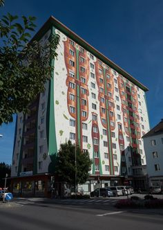 Those looking for an insider travel tip in Austria will love Kapfenberg. It is embedded in gorgeous mountains and has outstanding hospitality offerings. Alps, Hospitality, Austria, Murals, Travel Tips, Multi Story Building, Mountains, Cover, Wall Paintings