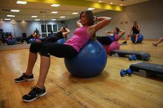 ABS - 30-minutowy trening wzmacniający i kształtujący mięśnie brzucha. Trening ABS bazuje głównie na doskonaleniu mięśni brzucha i jego sekret tkwi nie tylko w wyborze odpowiednich ćwiczeń, ale także w ich łączeniu. W treningu ABS sekwencje ćwiczeń stanowią ważny element zajęć i sprawiają, że nasz wysiłek jest bardziej efektywny.
