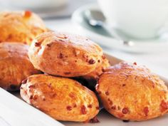 Probieren Sie mit EAT SMARTER die leckeren Scones von Jarlsberg und genießen Sie die Käsescones am besten warm mit Butter.