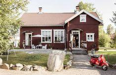 Entinen kansakoulu on ruotsalaistyylinen talonpoikaisrakennus. Nordic Home, Scandinavian Home, Home Focus, Summer Cabins, Wooden Buildings, House Goals, Little Houses, Old Houses, Interior Architecture